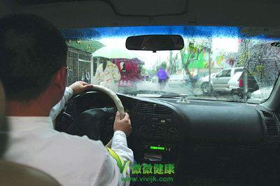 下雨天开车除雾 哪种方法最好