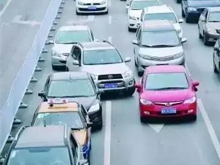 开车有风险 变道需谨慎