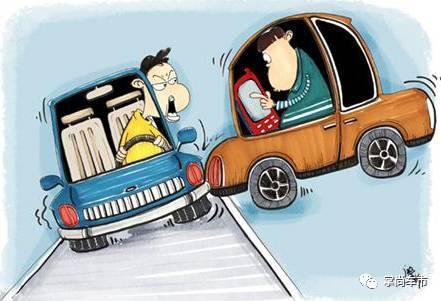SUV突然变道逆行对撞货车!只因驾驶中弯腰捡手机
