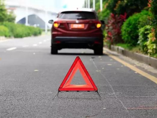 万一开车路上故障了怎么办?做好这个动作能救命