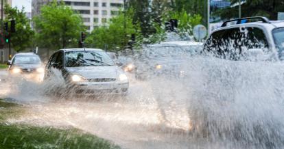 暴雨来袭 路面湿滑又积水 安全开车看这里!