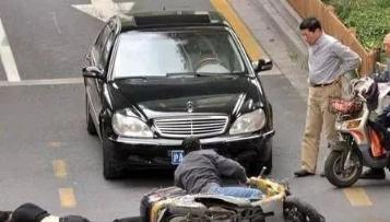 交警告诉你答案!开车故意撞一个碰瓷的人会有什么样的后果?