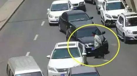 撞了闯红灯的行人怎么办?不仅要赔钱,有可能还要坐牢!