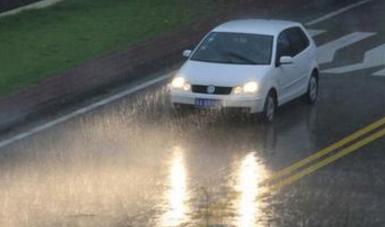 暴雨天安全驾车指南