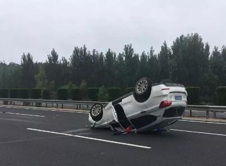 都是疲劳惹得祸,一辆翻车四脚朝天,一辆被撞旋转540°!