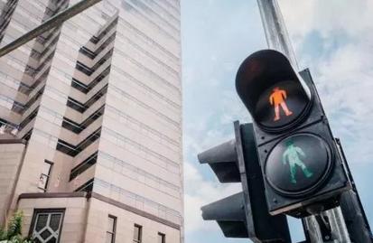 跟了大车误闯红灯 到底能不能免罚?